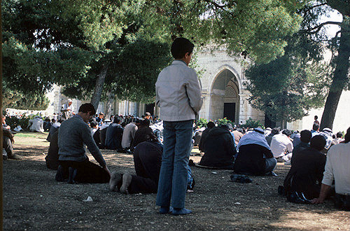 Israel, Jerusalem, muslims prepare for Friday prayer