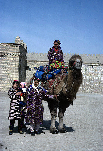 Uzbekistan, Xoraxm province, Khiva, women with camel