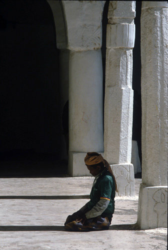 Yemen Jibla man praying in courtyard of Great Mosque